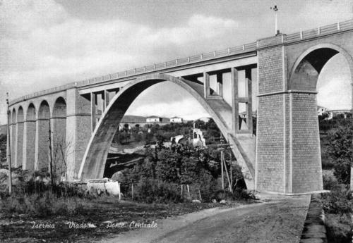 Isernia, 1960 circa, arco centrale in cemento del nuovo viadotto Santo Spirito