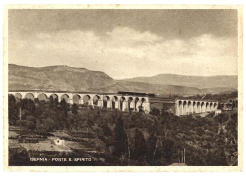 Isernia, veduta con treno del viadotto Santo Spirito in ferro