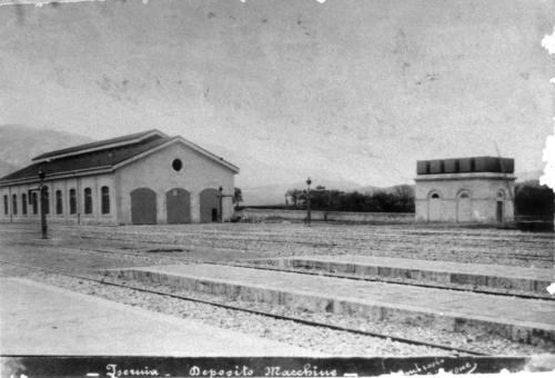 Isernia 1894 circa, rimessa locomotive e, sulla destra, serbatoio acqua.